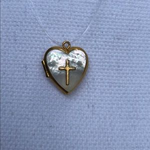 Jewelry - Gold tone mother of pearl heart locket